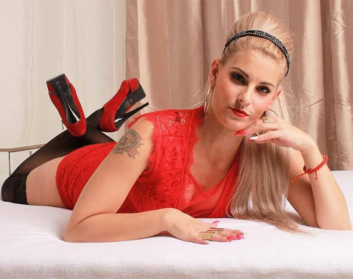 Blondes Camgirl in Nylons und High Heels